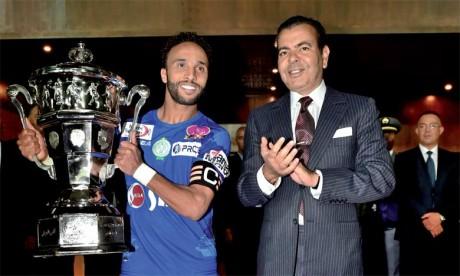 18 novembre 2017 : S.A.R. le Prince Moulay Rachid préside à Rabat la finale de la Coupe du Trône de football 2016-2017 et remet le Trophée au capitaine du Raja de Casablanca, Issam Erraki.