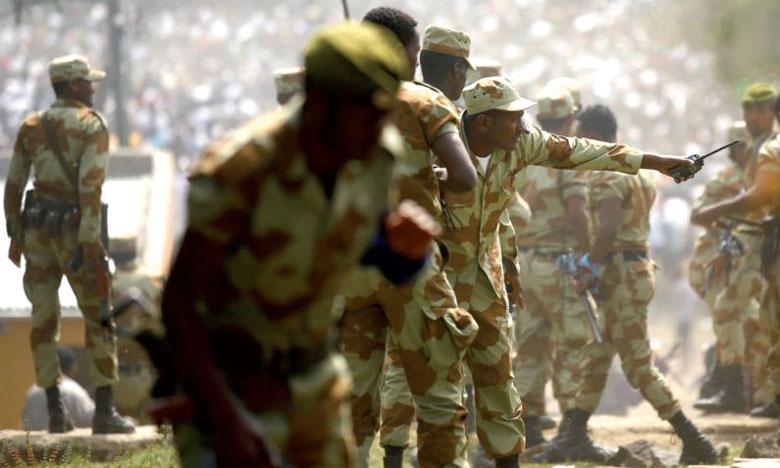 Des membres des forces de l'ordre essaient de stopper les manifestants oromo dans la région d'Oromia, Éthiopie, le 2 octobre2016. Ph. Reuters