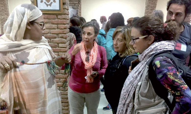 La délégation de journalistes canariens a visité les ateliers d'apprentissage des différents métiers à l'Ensemble artisanal de Laâyoune.