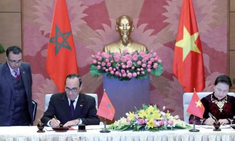 Signature à Hanoï d'un accord de partenariat entre la Chambre des représentants  et l'Assemblée nationale du Vietnam