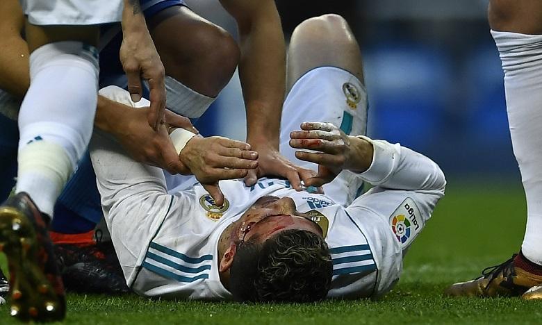 Le visage en sang, Ronaldo se regarde sur un téléphone