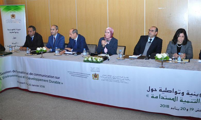 Nezha El Ouafi (au centre) a souligné l'importance de l'inclusion des acteurs médiatiques dans le cadre de la sensibilisation à la protection  de l'environnement et des droits des générations futures à un environnement sain, intégré et durable.