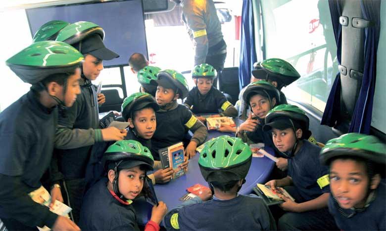 La caravane itinérante distribue des casques aux écoliers à Mohammedia