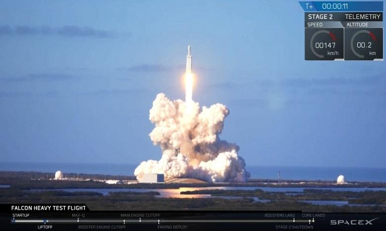 Après deux minutes de vol mardi, deux des lanceurs de la Falcon Heavy se sont détachés comme prévu de la fusée centrale qui a poursuivi sa route dans l'espace. Ph. DR