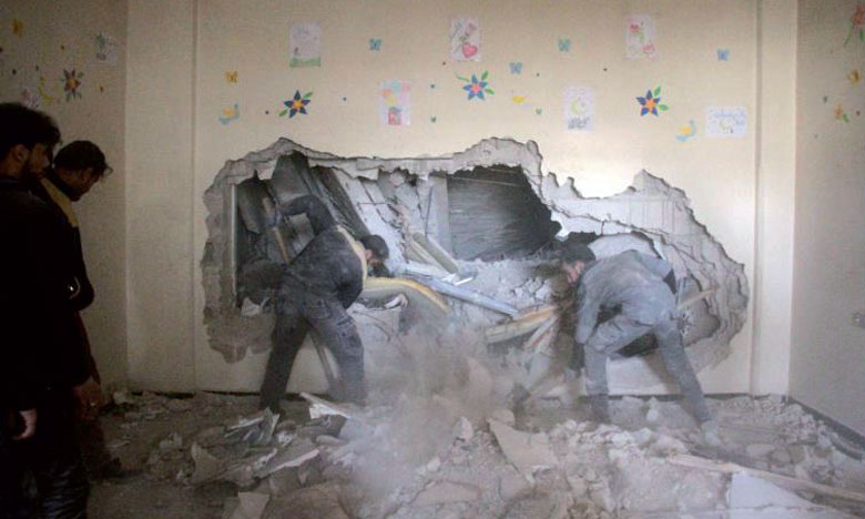 Des habitants recherchant des survivants dans les décombres d'un logement après une frappe aérienne de l'armée syrienne, le 6 février2018 à Douma, dans la Ghouta orientale. Ph. AFP.