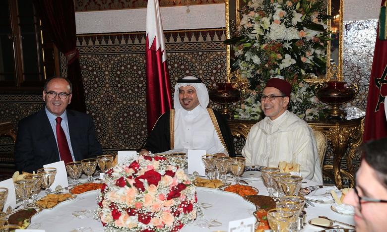 Sa Majesté le Roi Mohammed VI offre un dîner en l'honneur du Premier ministre et ministre de l'Intérieur du Qatar