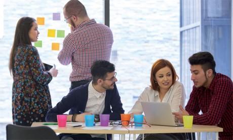 Les coworkers peuvent être des professionnels d'entreprises, des entrepreneurs ou même des étudiants. Ils apprennent à travailler ensemble dans un espace fondé sur le partage d'idées.