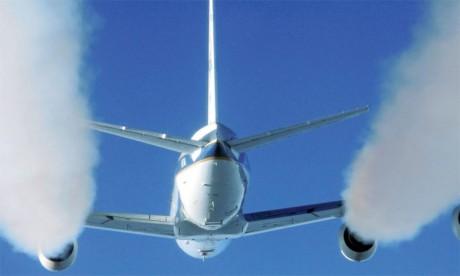 À l'échelle globale, on estime à environ 5% la contribution du transport  aérien au réchauffement climatique via ses émissions de CO2 et d'autres substances.