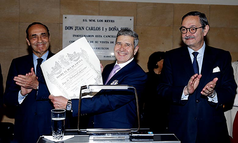 La décoration «bien méritée» dénote de l'excellent parcours professionnel de Mohamed Achergui comme «imminent juriste et serviteur loyal et efficace du Maroc», ainsi que pour ses qualités personnelles et disponibilité au service de la coopération maroco-espagnole. Ph : MAP