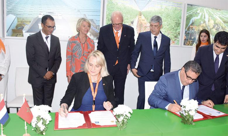 Aziz Akhannouch et Marjolene Sonema signant les deux conventions de coopération technique et financière.Ph. Saouri
