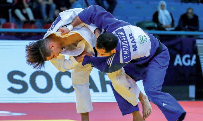 Du haut de ses 19 ans, Issam Basou (Kimono blanc), est devenu le plus jeune judoka marocain à avoir remporté une médaille d'or dans une compétition continentale.