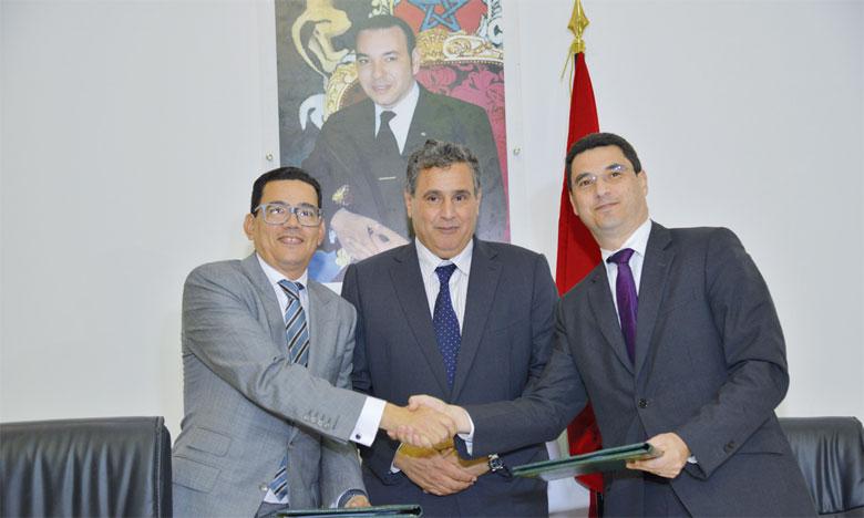 Hicham Belmrah, président du directoire de la MAMDA (à gauche), Aziz Akhannouch, ministre de l'Agriculture et Omar Squalli, directeur général de la SOREC.Ph. Saouri