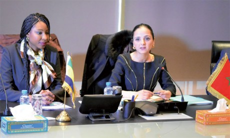 Carmen Ndaot ( à gauche) et Loubna Tricha, respectivement ministre gabonaise du Travail et DG  par intérim de l'OFPPT.