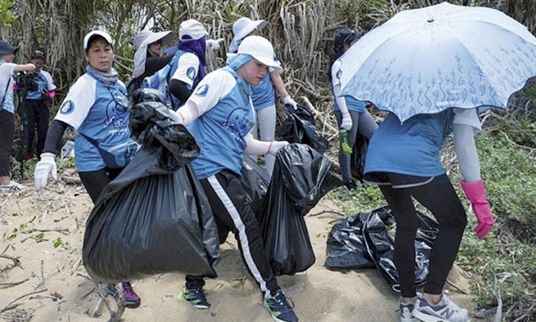 Sur le sable de la plage, les bénévoles ont rassemblé des dizaines de sacs de déchets en plastique, pailles, brosses à dents, couverts, sacs... Beaucoup de ces déchets étaient réduits en petits morceaux et il leur a fallu utiliser des tamis pour les récupérer. Ph. AFP