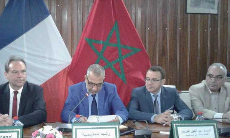 La cérémonie de signature s'est illustrée par la présentation d'exposés et de films institutionnels mettant en exergue les opportunités d'investissement dans la commune de Kénitra et la ville d'Évreux.