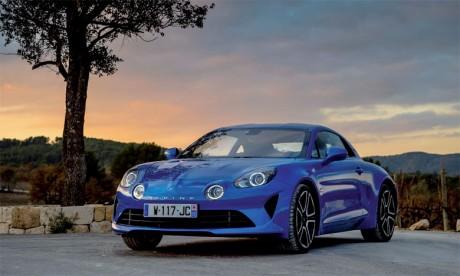 Incarnant l'élégance à la française, l'Alpine A110 est une voiture de sport légère, agile et offrant  un confort d'usage au quotidien.