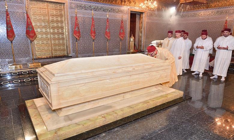 S.M. le Roi, Amir Al Mouminine, se recueille sur la tombe de feu S.M. le Roi Mohammed V