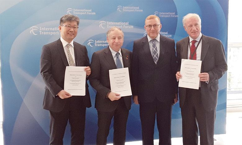 De gauche à droite: Young Tae Kim (FIT), Jean Todt (FIA), Mohamed Najib  Boulif, ministre délégué du Transport, et Jose Louis Irigoyen (Banque mondiale).