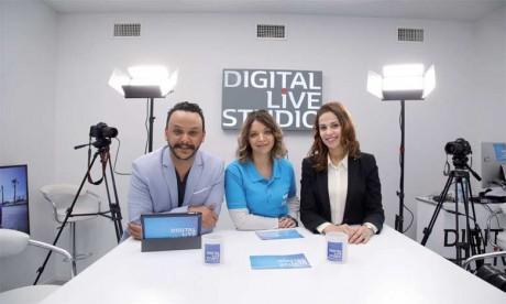 Lamia Ameur (au milieu), directrice marketing Renault et Houda Hasker, responsable de communication,  en compagnie de Youssef Ksiyer, animateur du «Digital Live Studio».