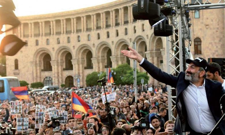 Nikol Pachinian s'est rendu après le vote sur la place de la République, au centre d'Erevan, où étaient rassemblés plusieurs dizaines de milliers de ses partisans.