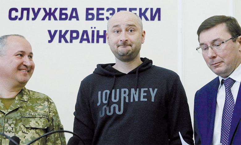 Le journaliste russe critique du Kremlin, Arkadi Babtchenko (au centre), est apparu bien vivant mercredi dernier après la simulation de son assassinat.                                           Ph. Reuters
