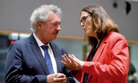 Le ministre luxembourgeois des Affaires étrangères Jean Asselborn s'entretient  avec la commissaire européenne au Commerce Cecilia Malmström en marge d'une réunion ministérielle à Bruxelles le 22 mai2018. Ph. AFP