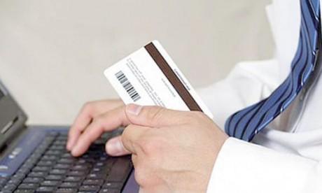 Les canaux mis à la disposition du contribuable comprennent, entre autres, le paiement en ligne par carte bancaire via le site de la TGR (cartes locales et internationales), les guichets automatiques bancaires (GAB), les sites e-Banking, les applications de mobile banking et les nouvelles applications mobile paiement.