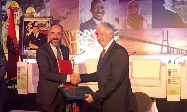 Signature du mémorandum d'entente entre Kamal Mokdad, DG à la BCP en charge de la division International Global Banking, et Hani Salem Sonbol, DG de la Société internationale islamique de financement du commerce, le 10 mai à Casablanca.
