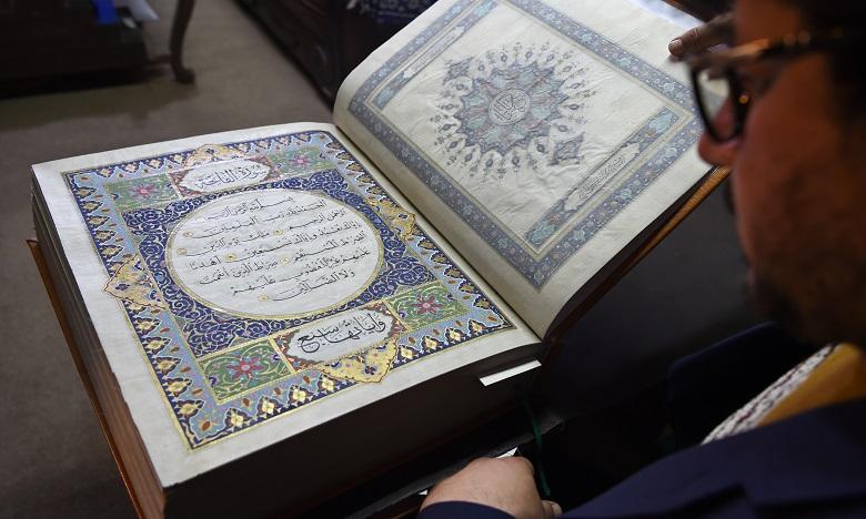 Un Coran en soie peinte à la main dévoilé en Afghanistan