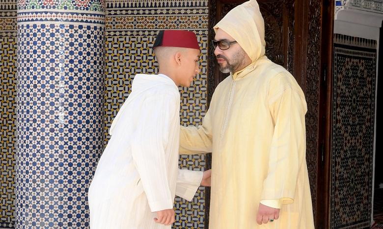 S.M. le Roi accomplit la prière de l'Aïd Al-Fitr et reçoit les vœux en cette heureuse occasion