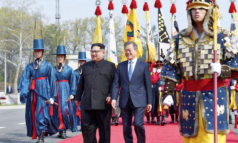 Le leader nord-coréen Kim Jong-un, et le Président sud-coréen Moon Jae-in au village frontalier de Panmunjom, une zone démilitarisée, le 27 avril2018. Ph. AFP