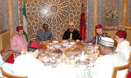 S.M. le Roi offre un iftar officiel en l'honneur du Président de la République Fédérale du Nigeria