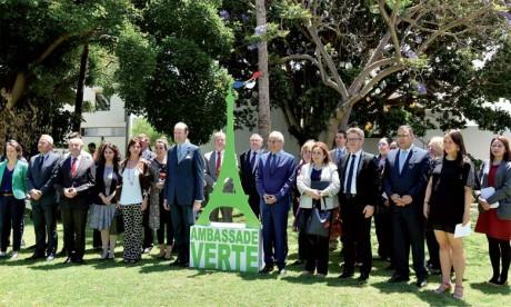 Jean-François Girault, ambassadeur de France au Maroc (à droite), a ouvert hier les jardins  de son ambassade aux diplomates des autres pays.   Ph. Kartouch