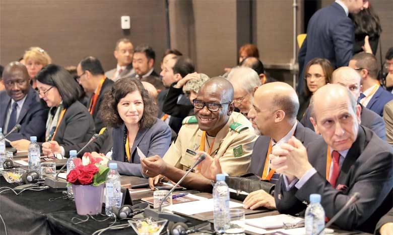 Les débats ont permis une meilleure compréhension des enjeux liés à la gouvernance des opérations de maintien de la paix, à la protection des populations vulnérables et à l'implication de la société civile.