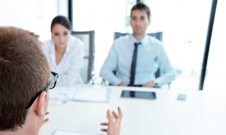 Le stress est très normal le jour de l'entretien d'embauche. Il durera les premières minutes, le temps que le candidat s'adapte à la situation de l'entretien.