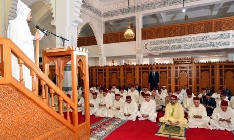 S.M. le Roi, Amir Al Mouminine, accomplit la prière  du vendredi à la mosquée Tayba à Sala Al Jadida