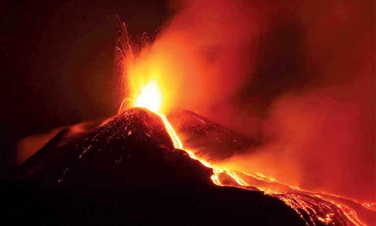 Le bilan de l'éruption du volcan s'alourdit à 65 morts