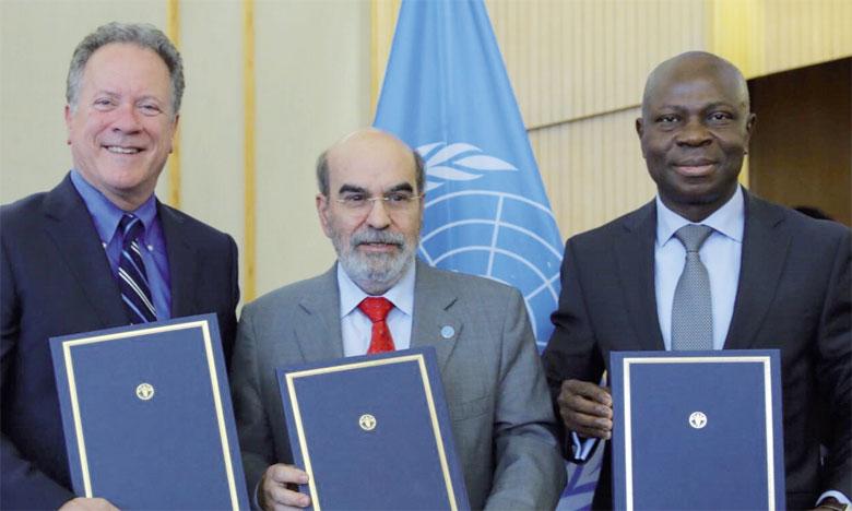 De gauche à droite, David Beasley, Directeur exécutif du PAM, José Graziano da Silva, Directeur général de la FAO, et Gilbert F. Houngbo, président du FIDA, lors de la signature du nouvel accord, le 6 juin 2018. Ph. FAO