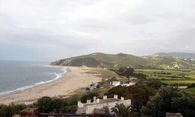 © La plage Oued Alian hisse fièrement le label pavillon Bleu 2018, attestant selon des normes internationales de la qualité de ses eaux de baignade (de qualité A), mais aussi les activités ludiques et divertissantes qui y sont proposées. Ph : DR