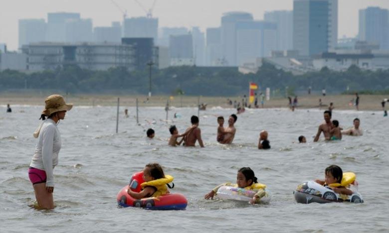 Des familles se rafraichissent à Tokyo, alors que la caniculke a fait au moins quinze morts au Japon. Ph : AFP