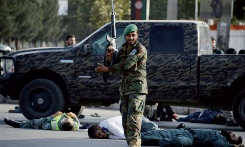 Le kamikaze s'est fait sauter au milieu d'une foule dense qui attendait le général Abdul Rashid Dostum de retour d'un an d'exil en Turquie.