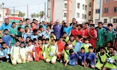 S.M. le Roi Mohammed VI avait procédé, le 30 mars 2017 à Casablanca, à l'inauguration d'un terrain de sport de proximité, réalisé dans le cadre de l'Initiative nationale pour le développement humain. Ph. MAP