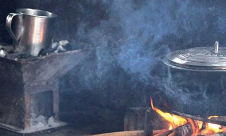 Parce qu'il brule plus lentement, le charbon présente un contenu énergétique supérieur par unité de masse à celui du bois. Ph. DR