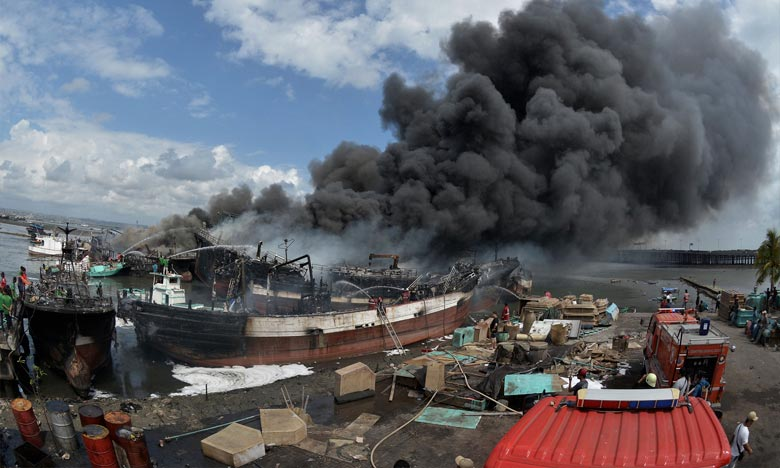 Le feu s'est déclaré vers 01h55 du matin (heure locale) et s'est rapidement propagé à une quarantaine de bateaux, sans faire de victimes. Ph : DR