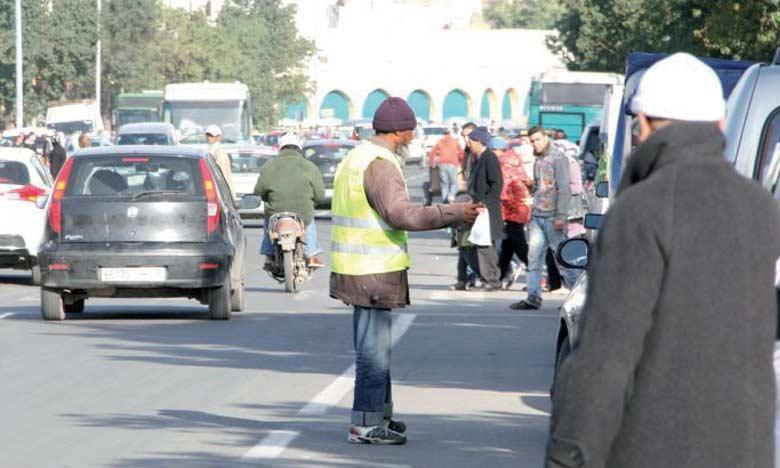 Les gardiens de voitures ne se contentent pas de squatter toutes les rues, mais aussi les parkings privés.