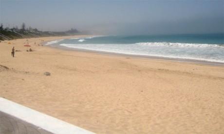 La plage d'El Haouzia, une mer de couleur turquoise et du sable fin tout au long de 17 kilomètres.