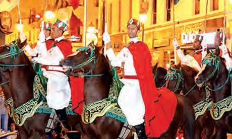 Retraite aux flambeaux, feux d'artifice et concert musical à Tétouan à l'occasion de la Fête du Trône