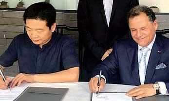 Mehdi Qotbi et le directeur des Beaux-Arts au sein de l'Académie chinoise, Zhang Zikang. Ph. MAP