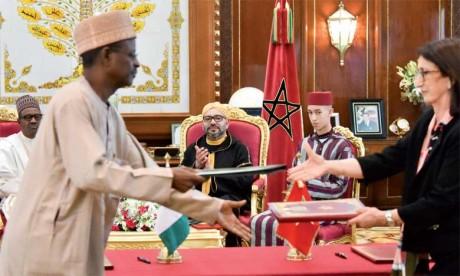 S.M. le Roi Mohammed VI et le président du Nigéria, S.E.M. Muhammadu Buhari, avaient présidé, le 10 juin 2018 à Rabat, la cérémonie de signature de trois accords de coopération bilatérale, dont un relatif au projet stratégique du Gazoduc Nigeria-Maroc. Ph. MAP
