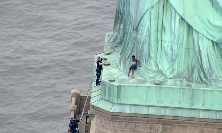 La statue de la liberté évacuée après qu'une manifestante ait tenté de l'escalader